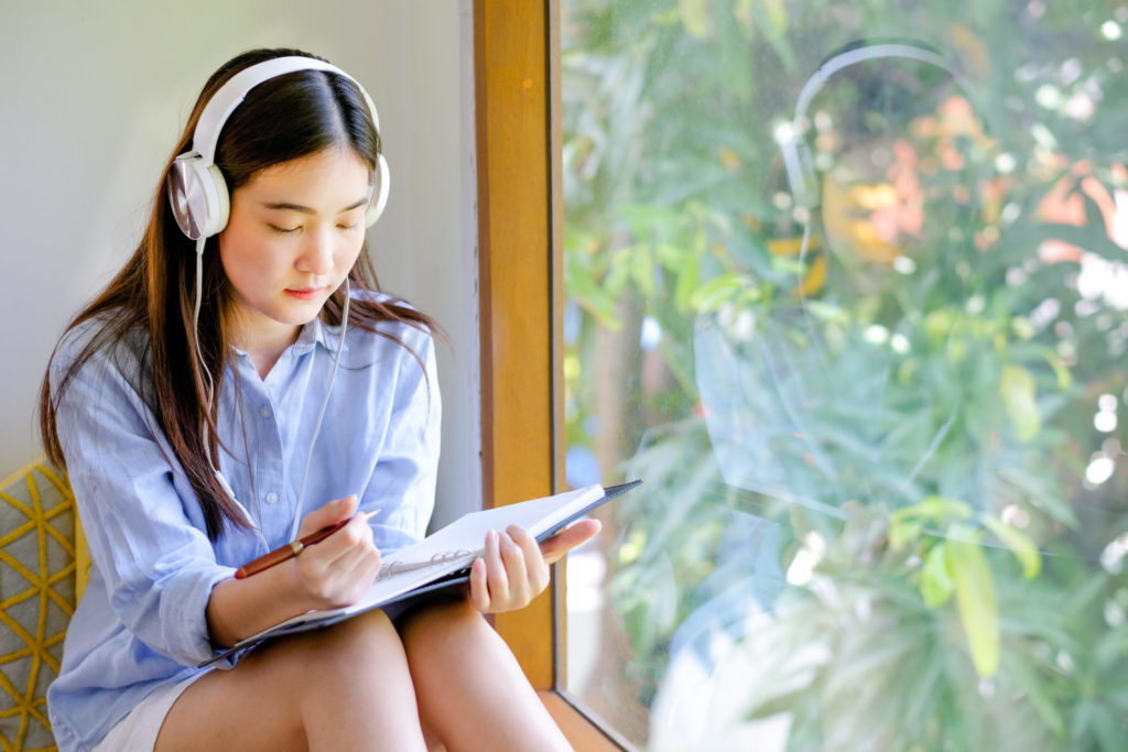 スラッシュリスニングとは?英語を語順のまま理解できるようになるトレーニング